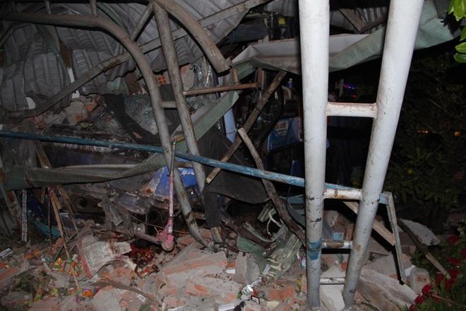 Xe khách tông nát đầu xe tải rồi lao vào nhà dân lúc rạng sáng, 6 người thương vong - Ảnh 3.