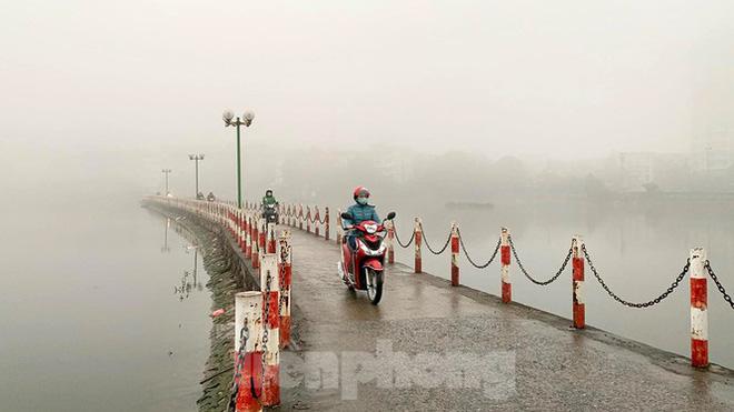 Sương mù dày đặc bao trùm Thủ đô Hà Nội - Ảnh 1.
