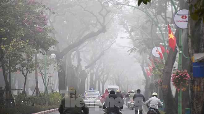 Sương mù dày đặc bao trùm Thủ đô Hà Nội - Ảnh 2.