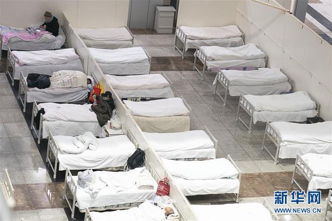 Bệnh viện cabin vuông 1.600 giường đầu tiên ở Vũ Hán đi vào hoạt động, bệnh nhân bình thản đọc sách - Ảnh 4.