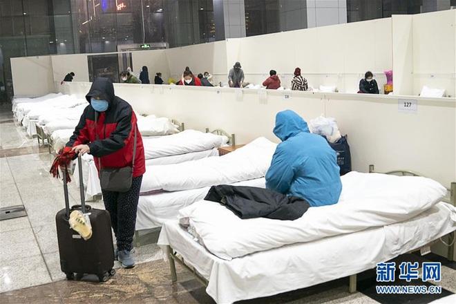 Bệnh viện cabin vuông 1.600 giường đầu tiên ở Vũ Hán đi vào hoạt động, bệnh nhân bình thản đọc sách - Ảnh 6.