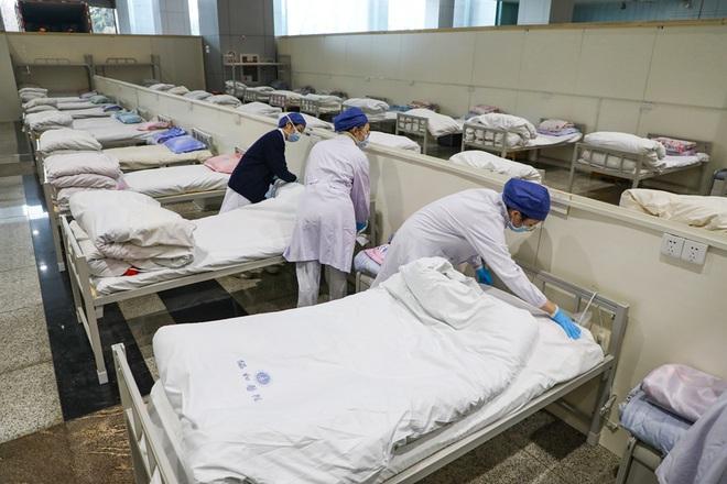 Bệnh viện cabin vuông 1.600 giường đầu tiên ở Vũ Hán đi vào hoạt động, bệnh nhân bình thản đọc sách - Ảnh 8.