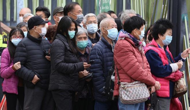 Tái sử dụng khẩu trang đến mức bẩn không dùng nổi, 1 vạn người Hong Kong xếp hàng 30 giờ trong giá rét vì khan hàng - Ảnh 2.