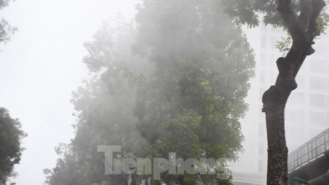 Sương mù dày đặc bao trùm Thủ đô Hà Nội - Ảnh 14.