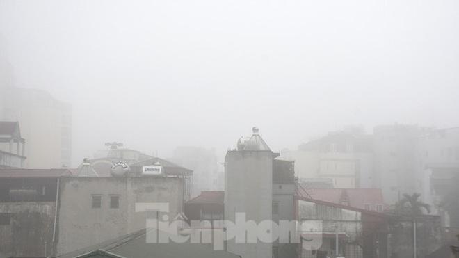 Sương mù dày đặc bao trùm Thủ đô Hà Nội - Ảnh 15.