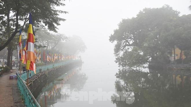 Sương mù dày đặc bao trùm Thủ đô Hà Nội - Ảnh 3.