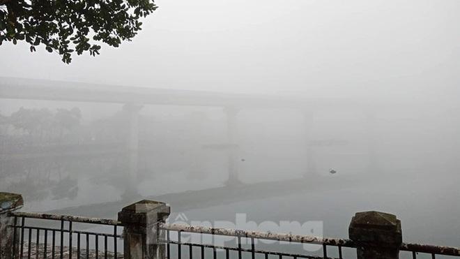 Sương mù dày đặc bao trùm Thủ đô Hà Nội - Ảnh 5.