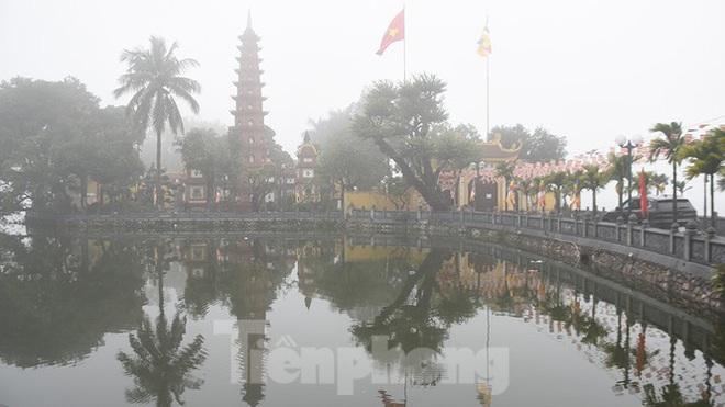 Sương mù dày đặc bao trùm Thủ đô Hà Nội - Ảnh 6.