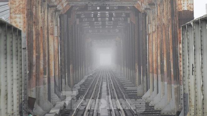 Sương mù dày đặc bao trùm Thủ đô Hà Nội - Ảnh 7.