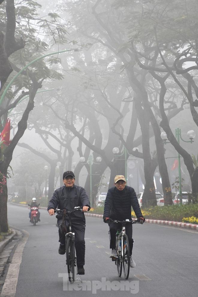 Sương mù dày đặc bao trùm Thủ đô Hà Nội - Ảnh 8.