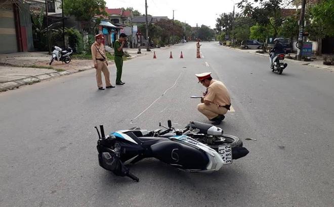 Phóng nhanh vượt ẩu, thanh niên lao thẳng xe máy vào người CSGT