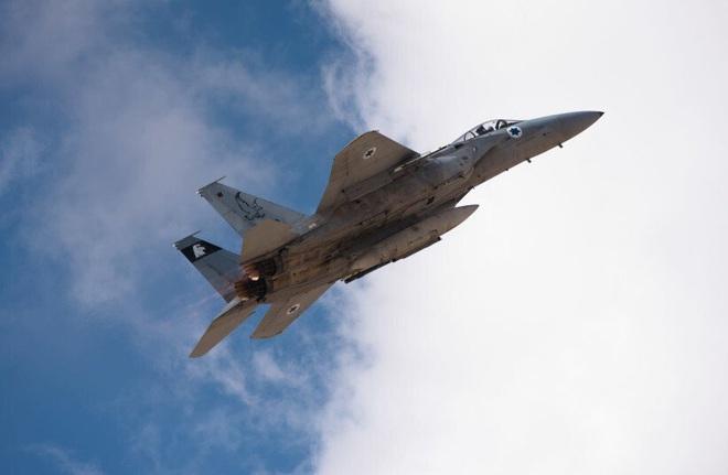 F-16 Israel phóng tên lửa tấn công Syria, máy bay chở 172 người thoát chết trong gang tấc - Ảnh 1.
