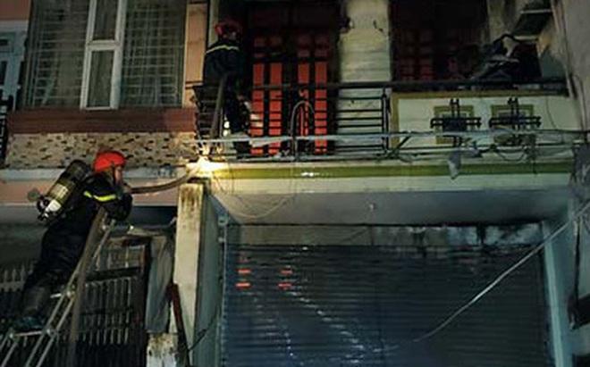 Cảnh sát dùng thang leo lên tầng nhà khống chế đám cháy lớn, thiêu rụi 6 tấn vải vụn trong đêm ở Sài Gòn
