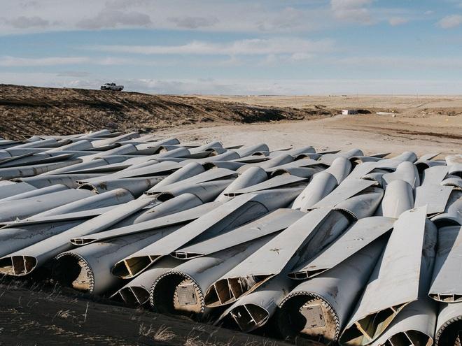 Đừng tưởng điện gió là sạch, cánh tuabin không thể tái chế đang nằm chất đống thành những bãi rác khổng lồ - Ảnh 1.