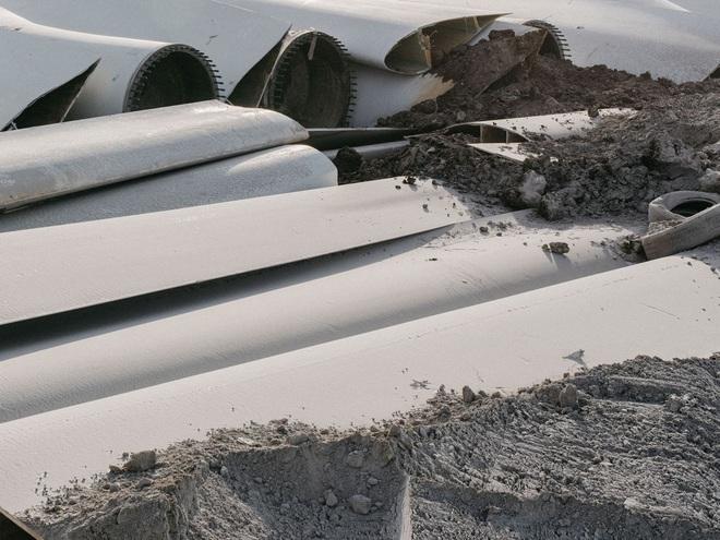 Đừng tưởng điện gió là sạch, cánh tuabin không thể tái chế đang nằm chất đống thành những bãi rác khổng lồ - Ảnh 3.