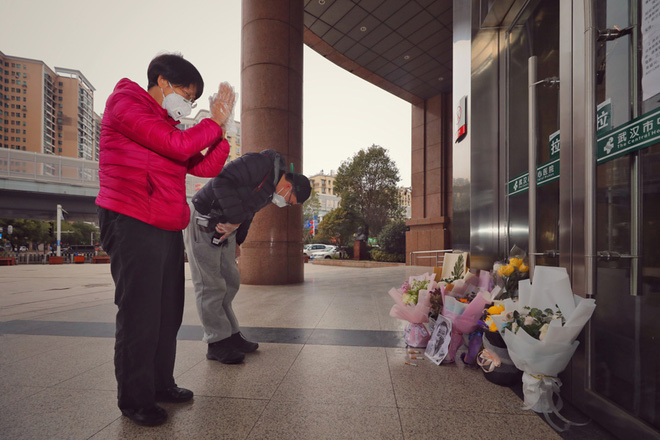 Cảm ơn sự dũng cảm của anh: Toàn thành Vũ Hán không hẹn mà cùng tưởng niệm bác sĩ Lý Văn Lượng - Ảnh 5.