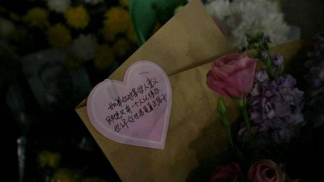 Cảm ơn sự dũng cảm của anh: Toàn thành Vũ Hán không hẹn mà cùng tưởng niệm bác sĩ Lý Văn Lượng - Ảnh 3.
