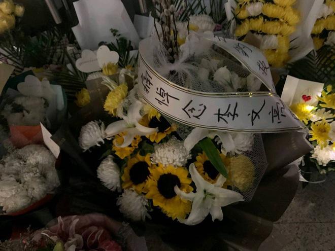 Cảm ơn sự dũng cảm của anh: Toàn thành Vũ Hán không hẹn mà cùng tưởng niệm bác sĩ Lý Văn Lượng - Ảnh 4.