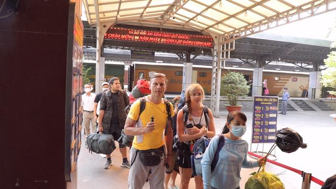 Kiểm tra thân nhiệt hành khách đến TP Hồ Chí Minh bằng tàu hỏa để phòng virus Corona - Ảnh 1.