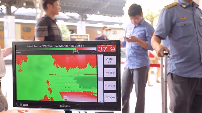 Kiểm tra thân nhiệt hành khách đến TP Hồ Chí Minh bằng tàu hỏa để phòng virus Corona - Ảnh 4.