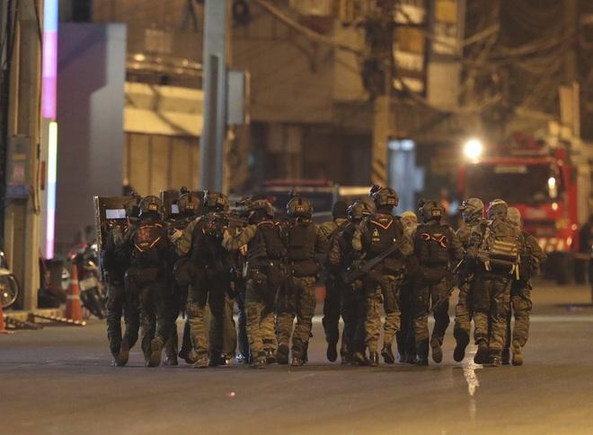 Kẻ xả súng ở Thái Lan bị tiêu diệt sau 17 giờ tử thủ: Đấu súng lúc rạng sáng, cảnh sát thương vong - Ảnh 6.