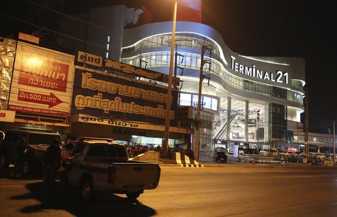 Kẻ xả súng ở Thái Lan bị tiêu diệt sau 17 giờ tử thủ: Đấu súng lúc rạng sáng, cảnh sát thương vong - Ảnh 7.