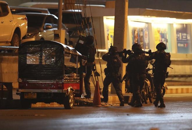 Kẻ xả súng ở Thái Lan bị tiêu diệt sau 17 giờ tử thủ: Đấu súng lúc rạng sáng, cảnh sát thương vong - Ảnh 8.