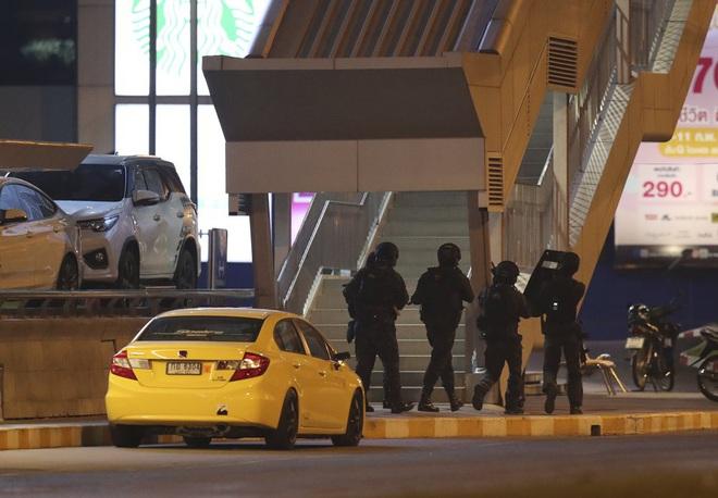 Kẻ xả súng ở Thái Lan bị tiêu diệt sau 17 giờ tử thủ: Đấu súng lúc rạng sáng, cảnh sát thương vong - Ảnh 9.
