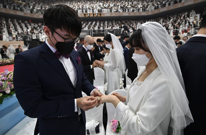 7 ngày qua ảnh: Các cặp đôi Hàn Quốc đeo khẩu trang tham gia lễ cưới tập thể - Ảnh 3.