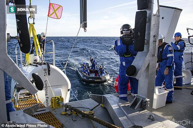 Lặn xuống nơi sâu nhất đại dương, các nhà khoa học phát hiện điều đáng sợ - Ảnh 1.
