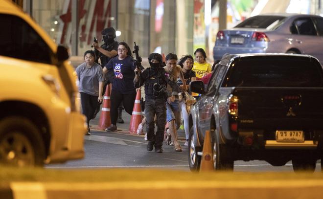 Kẻ xả súng ở Thái Lan bị tiêu diệt sau 17 giờ tử thủ: Đấu súng lúc rạng sáng, cảnh sát thương vong - Ảnh 10.