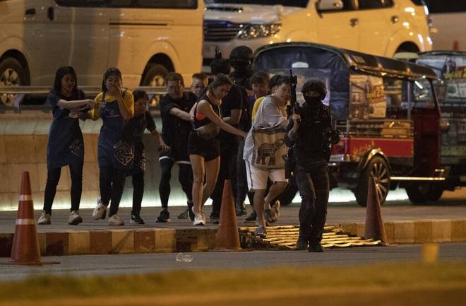 Kẻ xả súng ở Thái Lan bị tiêu diệt sau 17 giờ tử thủ: Đấu súng lúc rạng sáng, cảnh sát thương vong - Ảnh 11.