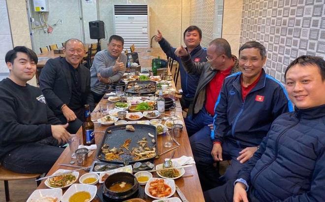 HLV Mai Đức Chung cùng ăn tối với thầy Park sau chiến dịch thành công tại Hàn Quốc