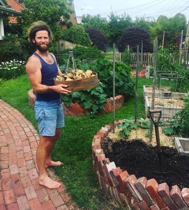 Khu vườn mùa xuân đẹp như tranh vẽ với đủ loại trái cây và rau củ của đôi vợ chồng đam mê trồng trọt - Ảnh 2.