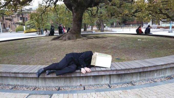 Ngủ giữa công viên và ghi lên bìa các-tông nhờ người qua đường 13h đánh thức, nam sinh lỡ việc trọng đại mà ai cũng phì cười - Ảnh 1.