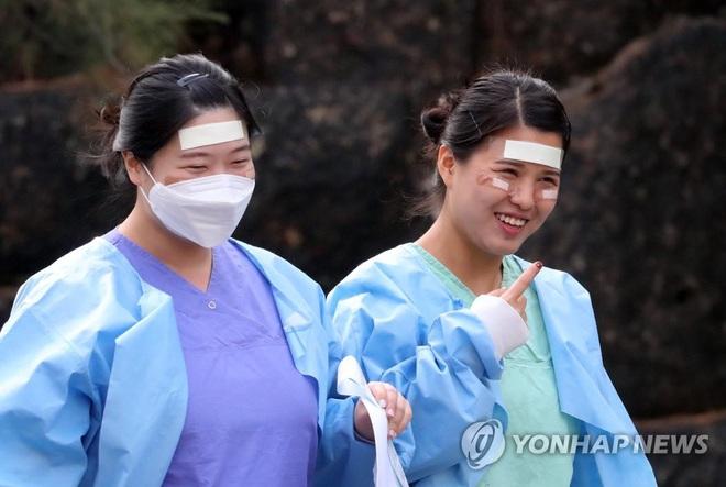 Số ca nhiễm COVID-19 mới trong ngày tại HQ giảm xuống mức thấp nhất trong vòng 2 tuần; ông Tập đến thăm Vũ Hán - Ảnh 1.