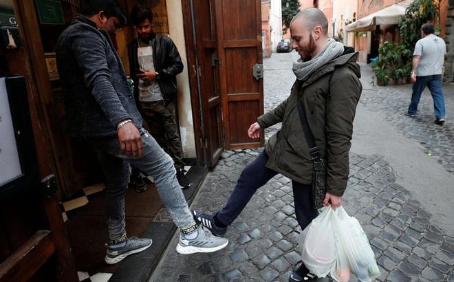 24h qua ảnh: Người Italia chào nhau bằng chân để tránh lây Covid-19