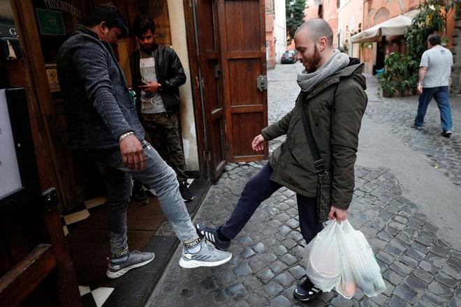24h qua ảnh: Người Italia chào nhau bằng chân để tránh lây Covid-19 - Ảnh 2.