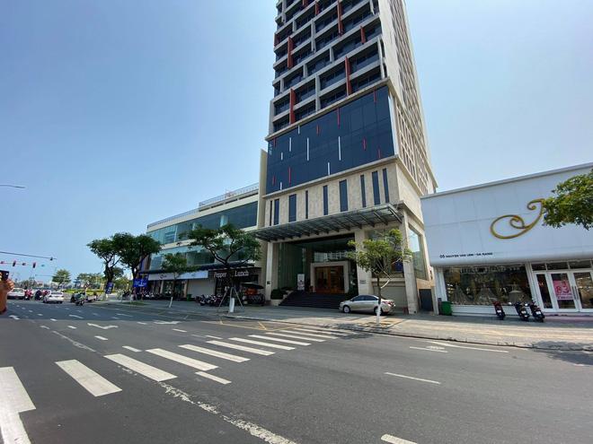 Nhiều cửa hàng, khách sạn tại Đà Nẵng đóng cửa vì có hai du khách người Anh dương tính với Covid-19 ghé thăm - Ảnh 2.