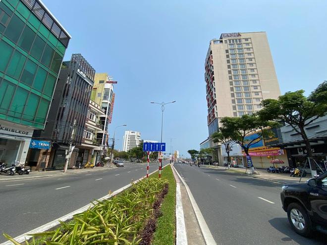 Nhiều cửa hàng, khách sạn tại Đà Nẵng đóng cửa vì có hai du khách người Anh dương tính với Covid-19 ghé thăm - Ảnh 8.