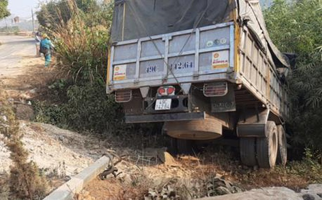 Lâm Đồng: Xe tải nổ lốp lao xuống vực, tài xế mắc kẹt và tử vong