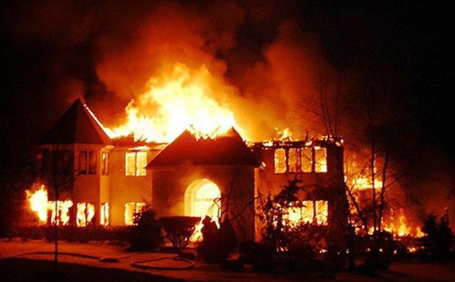 Nghi án chồng tưới xăng đốt nhà khiến vợ và 2 con tử vong