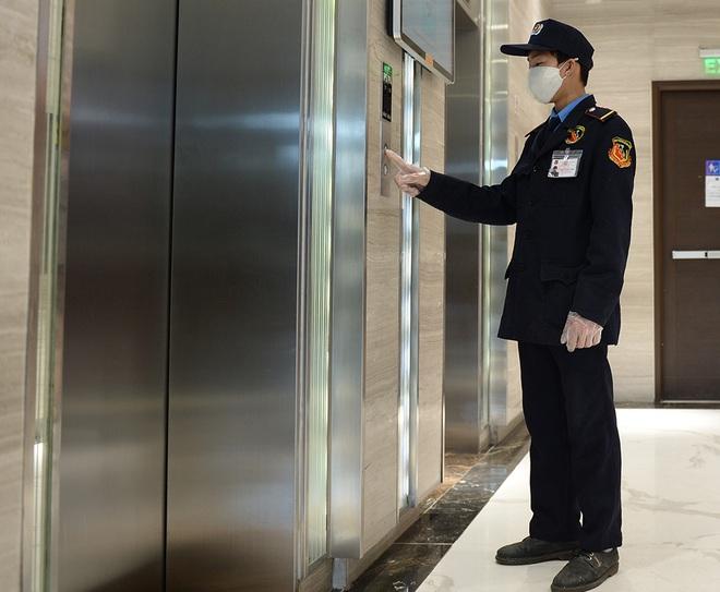 Sáng kiến dùng tăm nhấn nút thang máy phòng chống dịch Covid-19 trong chung cư ở Hà Nội - Ảnh 10.