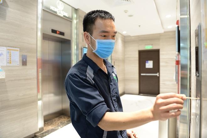 Sáng kiến dùng tăm nhấn nút thang máy phòng chống dịch Covid-19 trong chung cư ở Hà Nội - Ảnh 1.