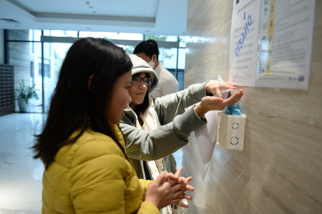 Sáng kiến dùng tăm nhấn nút thang máy phòng chống dịch Covid-19 trong chung cư ở Hà Nội - Ảnh 8.