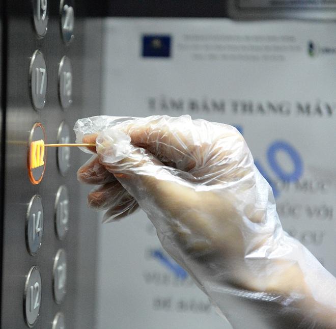 Sáng kiến dùng tăm nhấn nút thang máy phòng chống dịch Covid-19 trong chung cư ở Hà Nội - Ảnh 2.