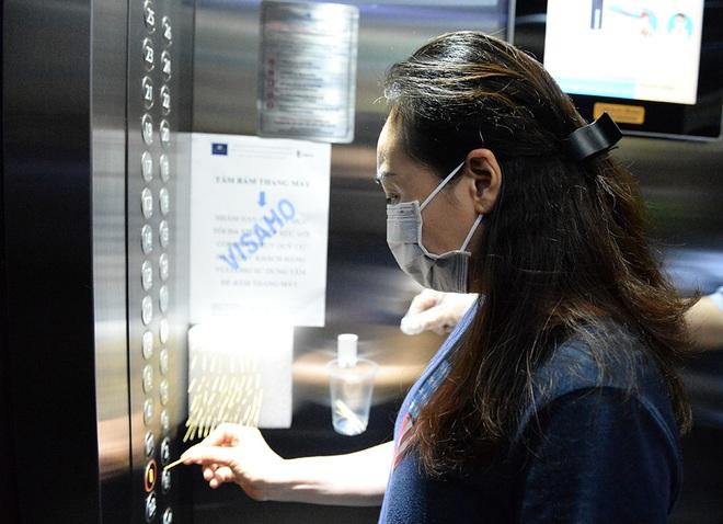 Sáng kiến dùng tăm nhấn nút thang máy phòng chống dịch Covid-19 trong chung cư ở Hà Nội - Ảnh 4.