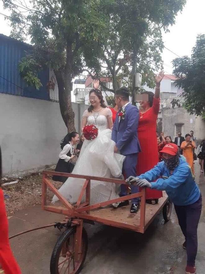 Màn rước dâu độc - lạ bằng xe tự chế, mẹ chồng xung phong kéo xe khiến cô dâu, chú rể cười không dứt - Ảnh 1.