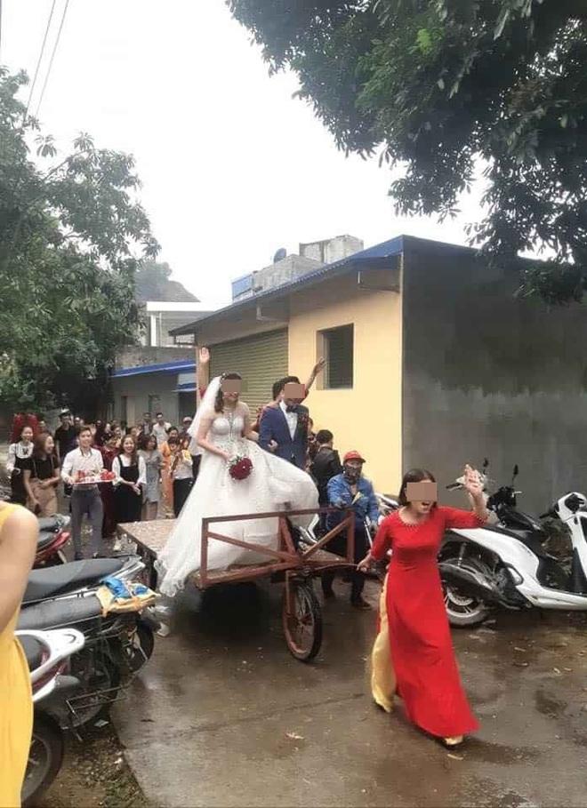 Màn rước dâu độc - lạ bằng xe tự chế, mẹ chồng xung phong kéo xe khiến cô dâu, chú rể cười không dứt - Ảnh 2.