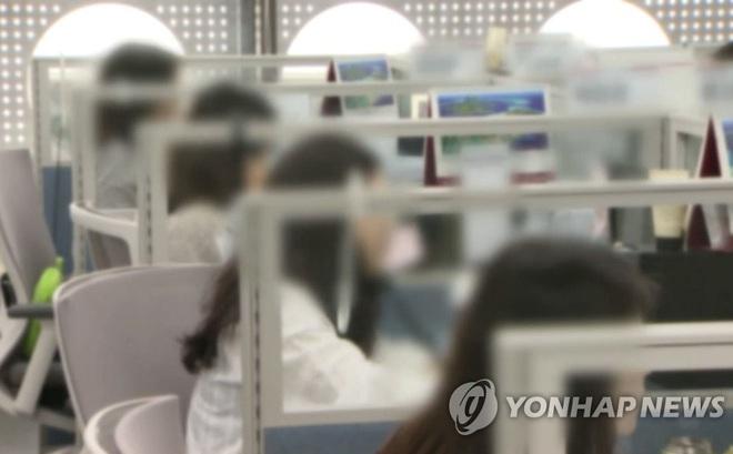 Covid-19 ở Hàn Quốc: Bàn làm việc san sát như chuồng gà, con đường đi làm càng trở nên đáng sợ